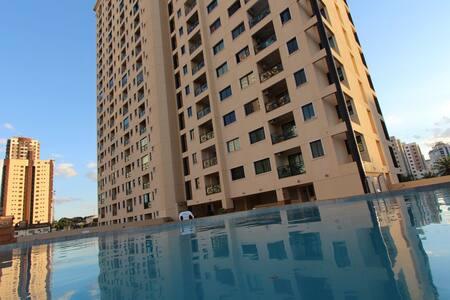 Apartamento mobiliado com excelente localização.