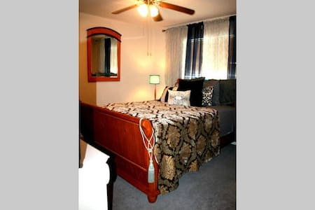 Private Room>Book Sunday-Thursday>Homey-ness>Wifi* - DeSoto - Bed & Breakfast