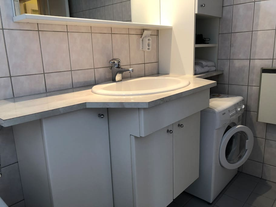 Badezimmer mit Waschmaschine / Bathroom with Washing Machine