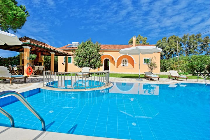 Villa Vasiliki: Lovely garden, private pool, A/C