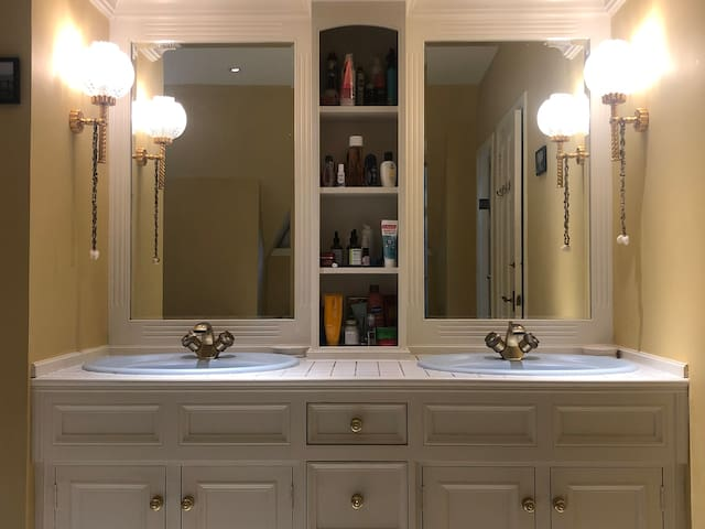 Double sinks in jacuzzi room