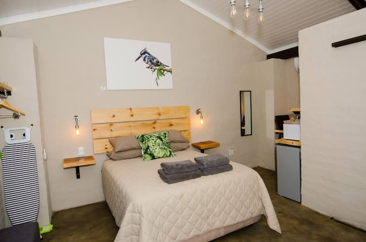 The Kingfisher Room offers a Queen size bed, sleeping 2 guests with air-conditioning, DSTV and Wi-Fi.