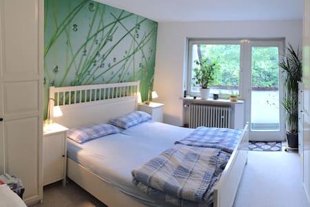 Kuscheliges Schlafzimmer mit Doppelbett im Haus - München