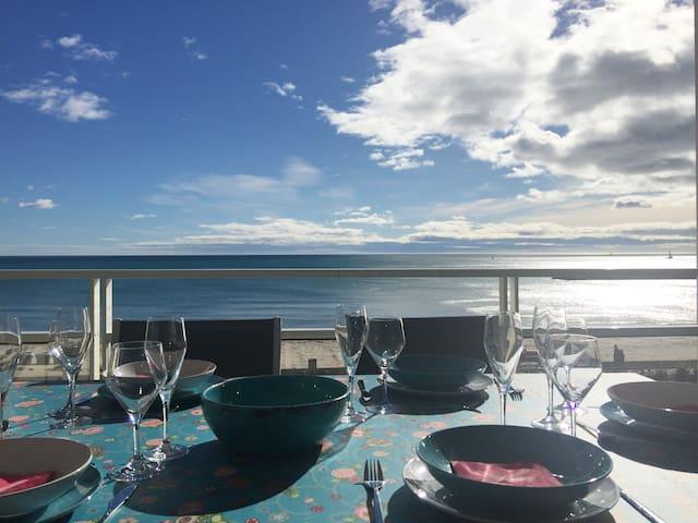 Matin, midi et soir vous pourrez prendre vos repas sur la terrasse