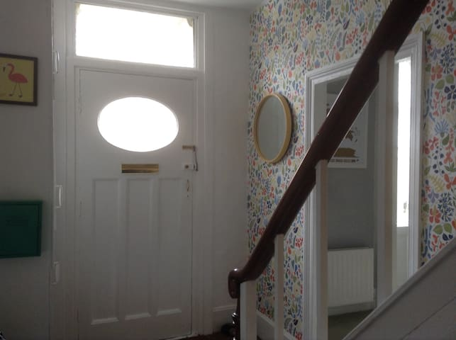 Spacious room in welcoming home. - North Shields - Hus