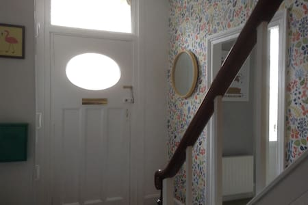 Spacious room in welcoming home. - North Shields - Casa