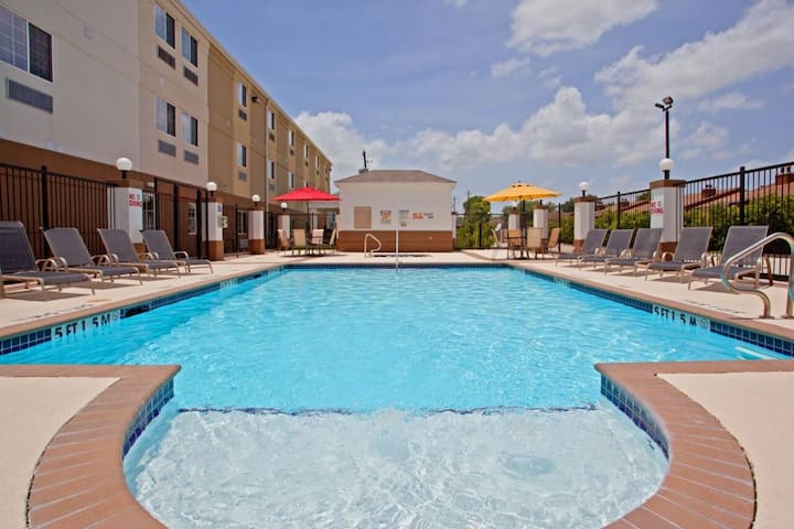 Lovely Units, Kitchen, Free Parking, Pool