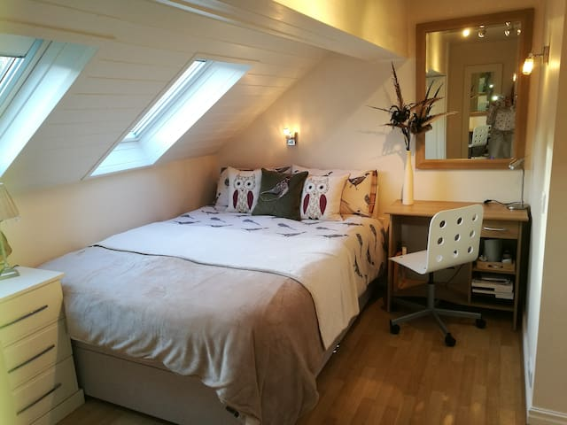 Beautiful King sized en-suite bedroom, Ilkley moor