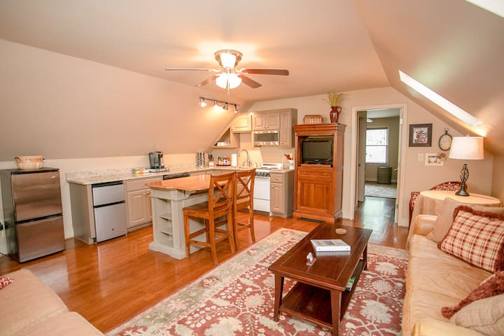 Downtown Garage Apartment - 2 minutes from Main St