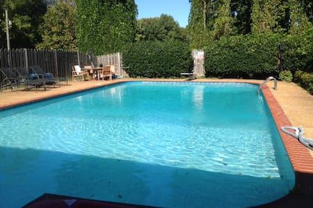 Luxury Pool House Retreat - Lake Cormorant