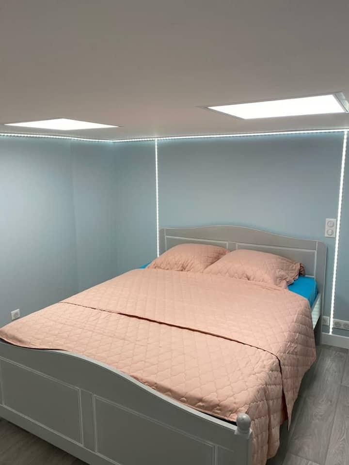 Grande chambre agréable et confortable
