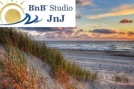 Studio JnJ, direct bij strandopgang de seinpost