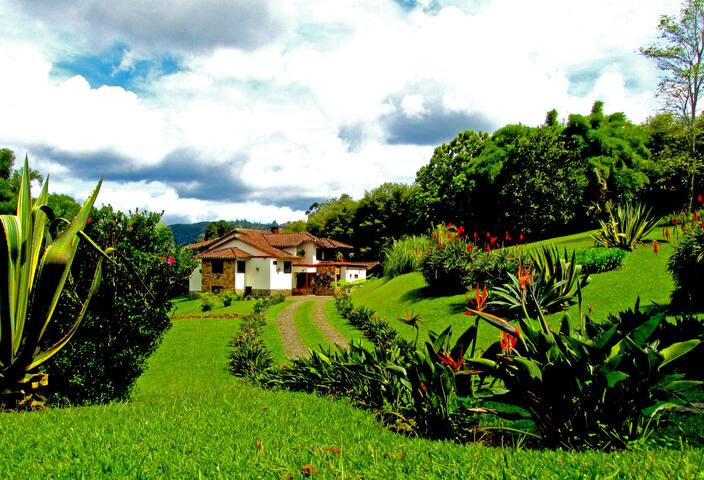 GORGEOUS MOUNTAIN HOME NEAR MEDELLIN
