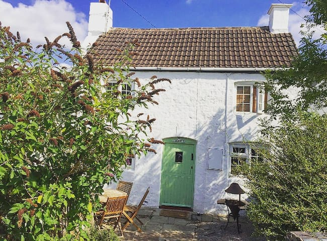 Charming 2 bed 1600s cottage , original features