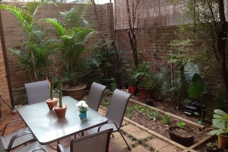 Peaceful Bedroom in the heart of Newtown - Newtown - Townhouse