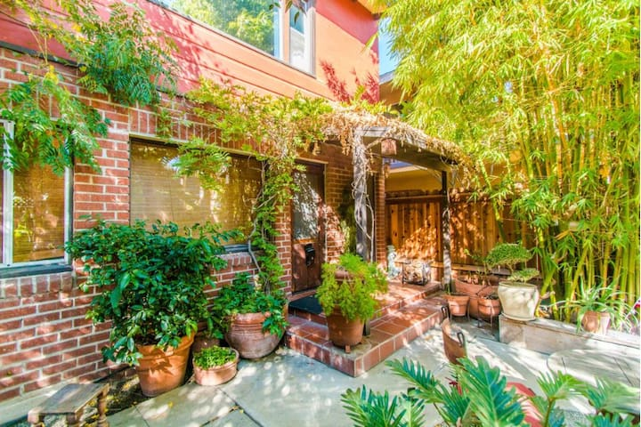 Flora Room: 1 bedroom in urban jungle setting - Long Beach - House