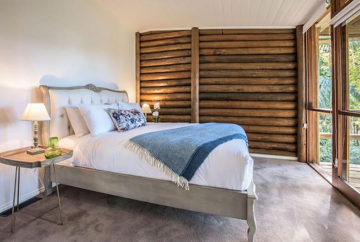 Barbers Lodge - Sophisticated Log Cabin