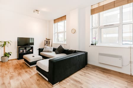 Huge couch near Central London in private room - 伦敦 - 公寓