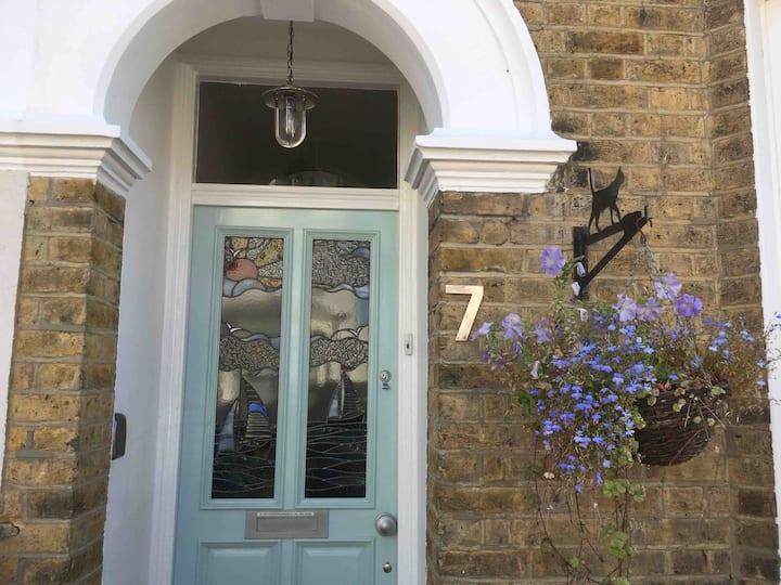 Lovely House in Central Leigh near Beach & Shops