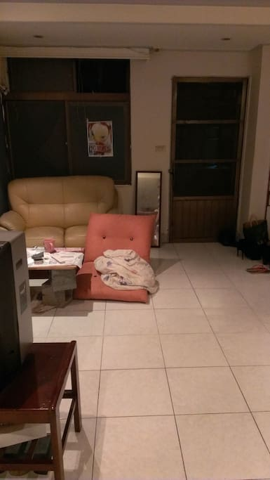 客廳(廚房看過去角度,後門出去是陽台)