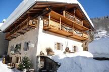 LE Chalet  La Mercerie 300 M2                   datant de 1851           vous accueille sous la neige
