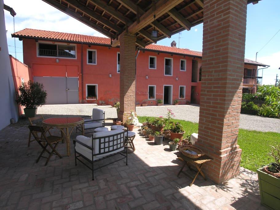 Cortile interno e porticato con area relax/inner view and porch