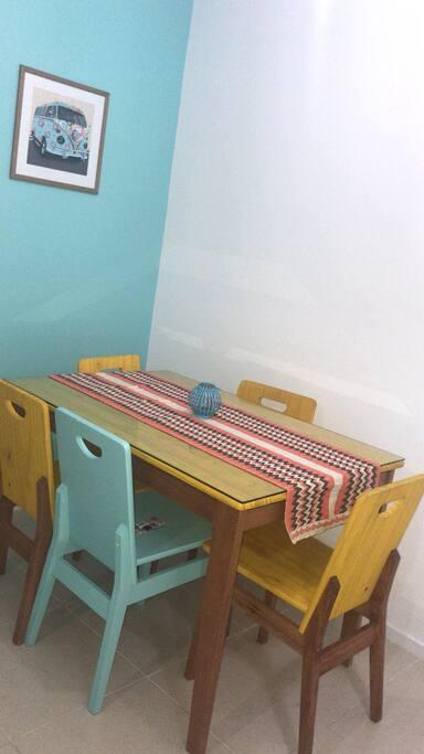 Mesa de 4 cadeiras para realização das refeições e logo depois que recolho a mesa, ela pode ser utilizada como ambiente de trabalho ou estudo.