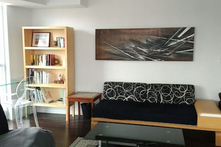 Bedroom and Bathroom by the Lake - Toronto - Appartement