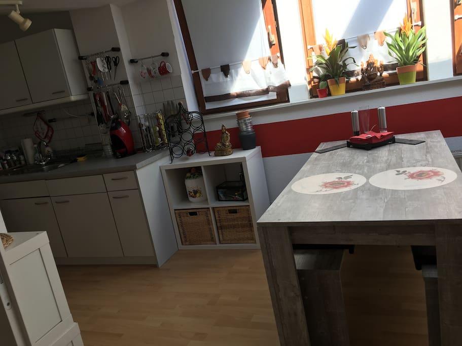 Blick in die Küche mit Essecke