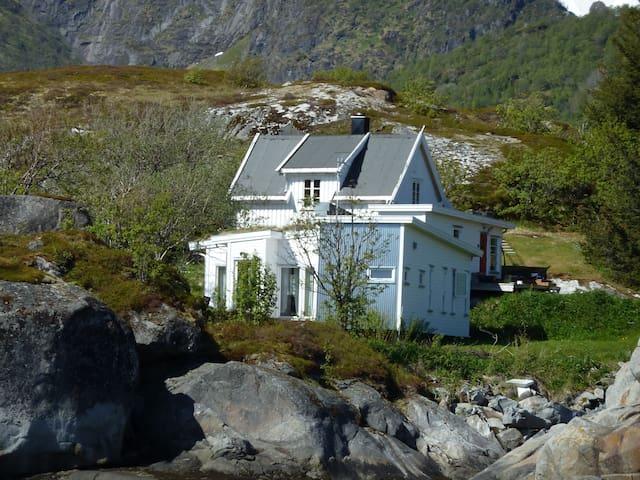 Sjarmerende hus ved havet i Lofoten