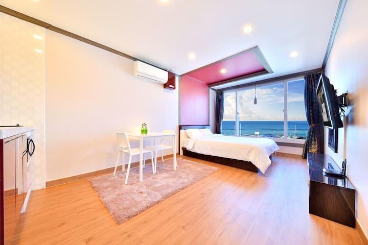 (2)202호 침실룸_깨끗하고 안락한 관광지가 가까운 위치좋은 숙소