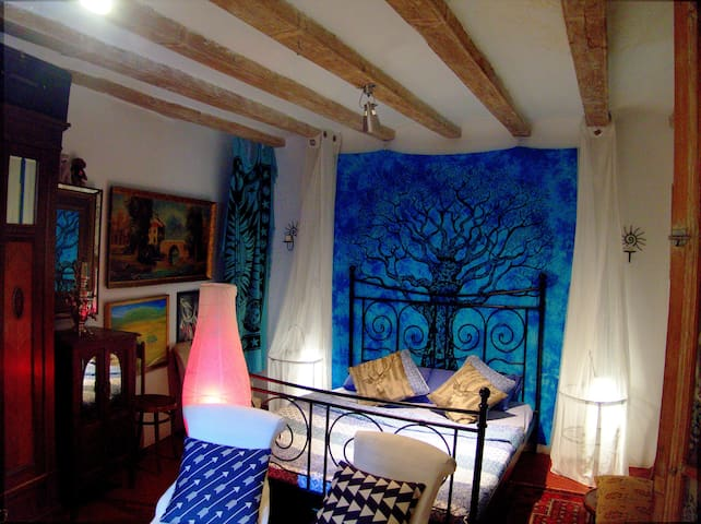 Comfortable bedroom & private living in old town
