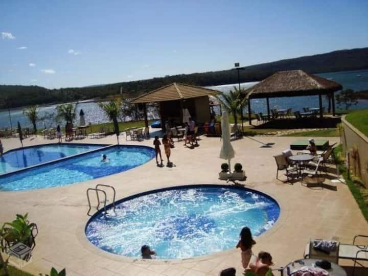 Apt 2quartos c/ suite condominio na Beira do lago