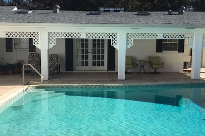 Deluxe pool house apartment for discerning couples