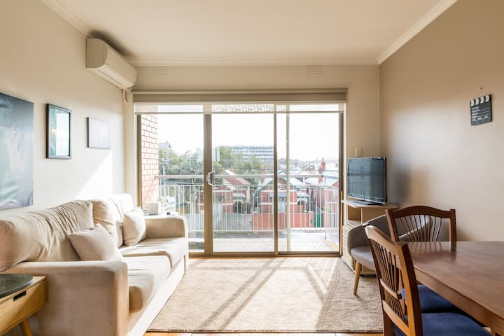 North-Facing Top Floor Apartment 6km from CBD