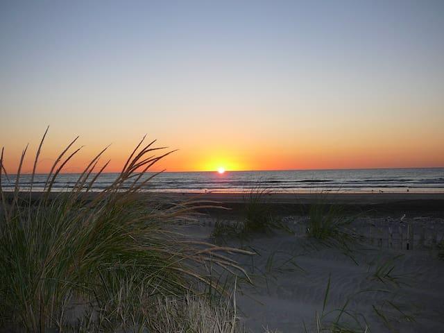 Sea Isle beach block, sleeps 9, ocean/sunset views