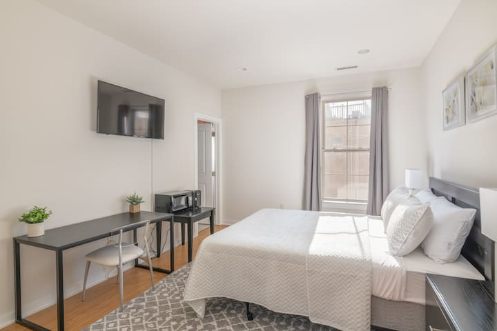 Large, Modern, Clean, Private Escape (Center City)