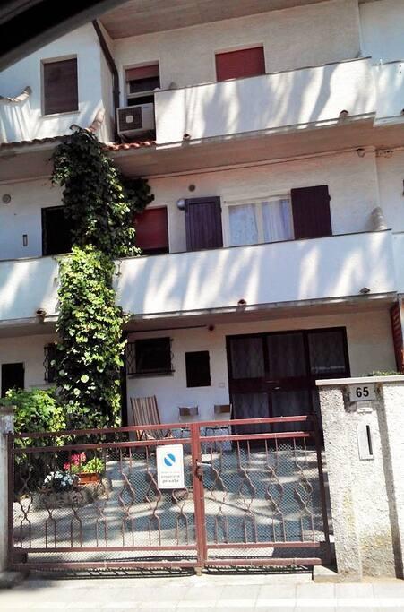 """La facciata della villetta che fa parte del gruppetto chiamato """"Villa Letizia""""."""