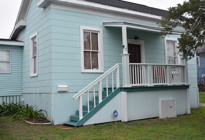 Charming 2 BR House in Center of Galveston