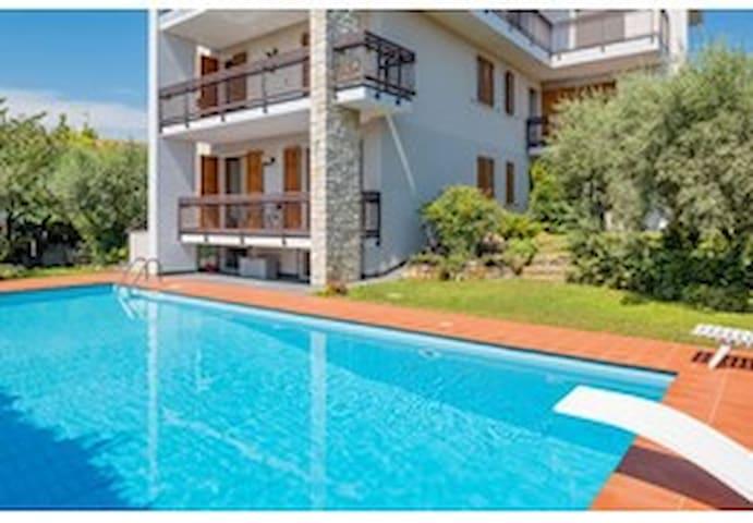 Casa Davide-Appartamento con piscina a Bardolino *