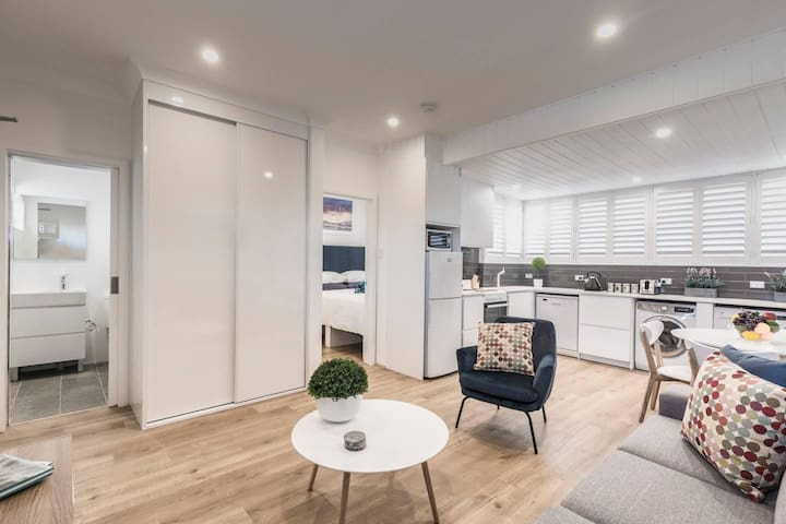 Bondi Beach Spacious Apt: Car Space, AC & Netflix