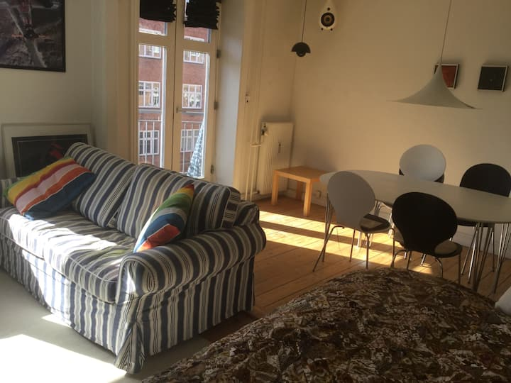 Central Copenhagen-quiet sunny apartment w/balcony