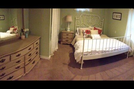 Emerald Room *Two Blocks To IHOPKC* - Kansas City - Wohnung