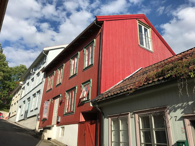 Det gamle røde huset i midt i Tønsberg sentrum.