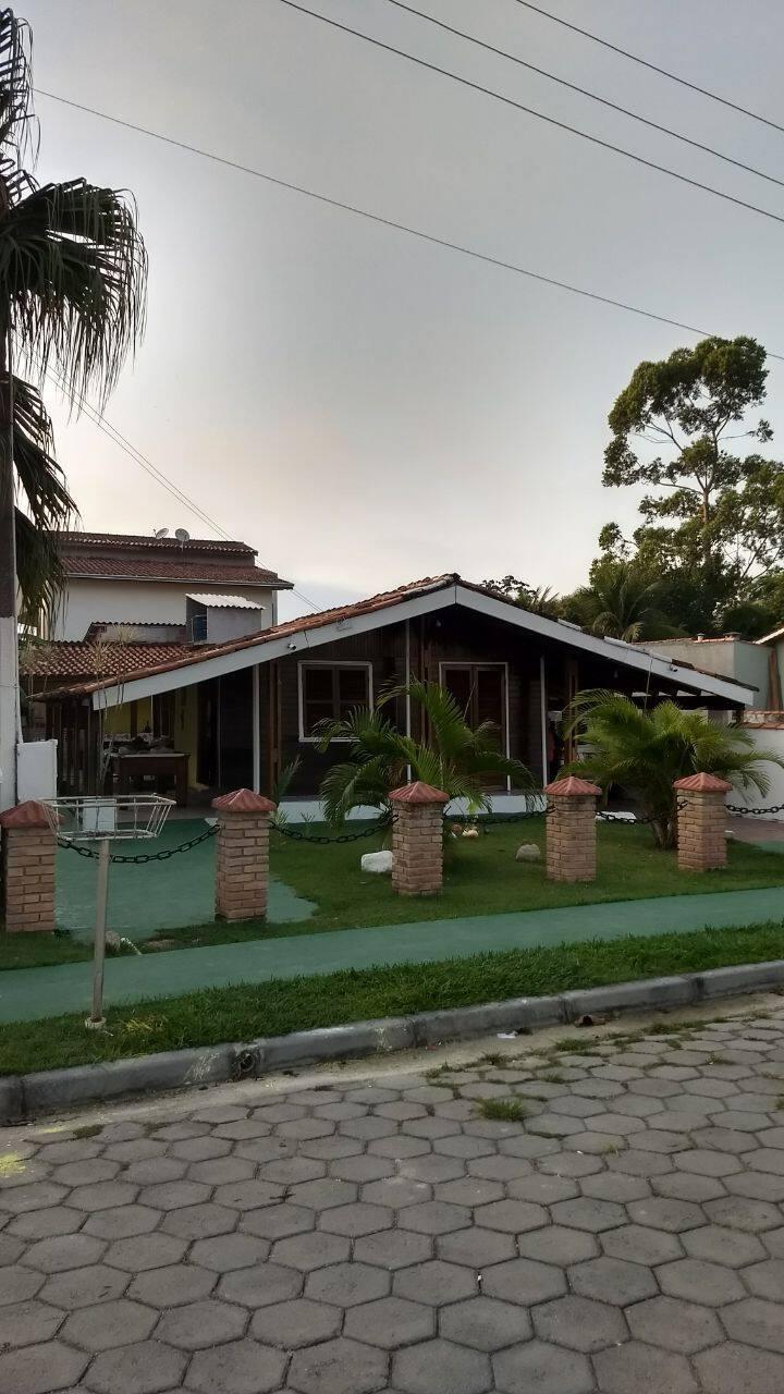 Casa com Piscina em Condomínio de frente à Praia