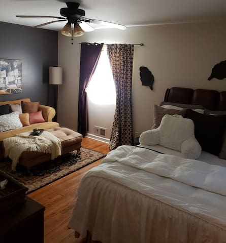3 MINS. AIRPORT, 15 MINS. DOWNTOWN, SPACIOUS STAY.