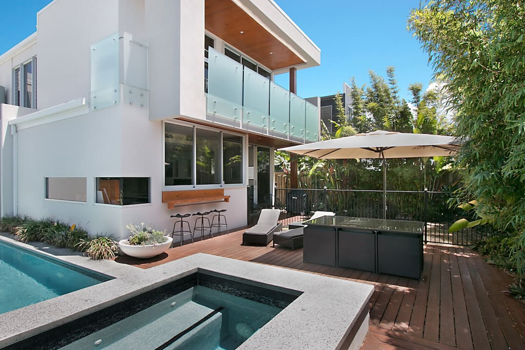 Entertain By The Pool & Spa