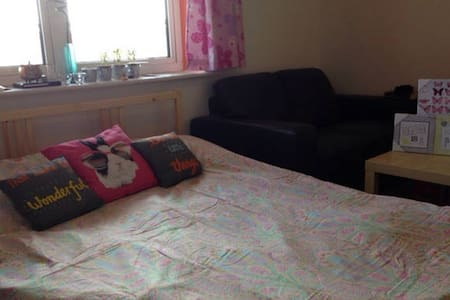 Snug double room by the Thames