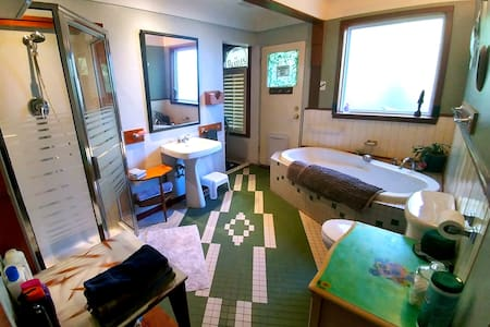 Clean, Comfy & Homey Room! Great Central Location
