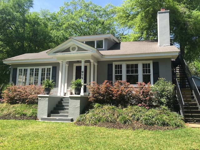 Upstairs apartment in Historic Summerville Home
